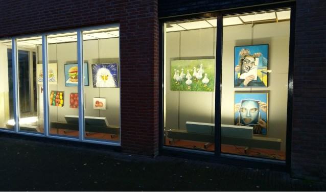 Kunstforum kijkdoosexpositie, etalage Hema Kleine Kerkstraat. FOTO HENDRIK BOOT