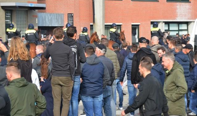 De politie te paard grijpt in bij NAC-Willem II.