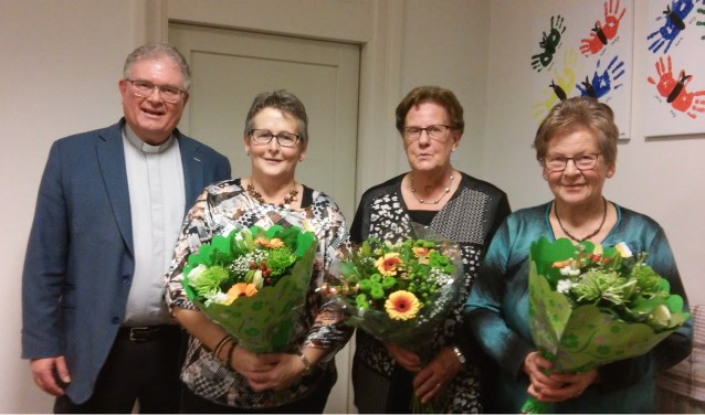 Vlnr: Pastoor Hans van Geel en de jubilarissen Nellie Damen, Marie Backx en Dien van Gastel.