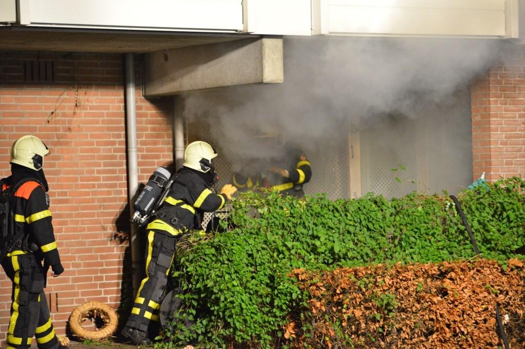 De brandweer moest de ramen kapot slaan om de brand te kunnen bestrijden.