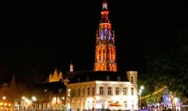 De Grote Kerk kleurde eerder oranje. Zondag en maandag wordt ie wit, als eerbetoon aan de overleden Paoter Sjaggerijn.