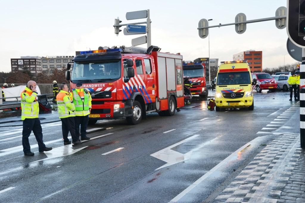 De politie doet uitgebreid onderzoek naar een dodelijk ongeval op het viaduct bij de A16 richting Rotterdam. Foto: Perry Roovers / SQ Vision © BredaVandaag