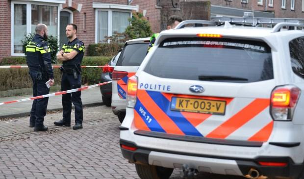 Politie doet buurtonderzoek na een steekincident in een woning. Foto: Perry Roovers / SQ Vision © BredaVandaag