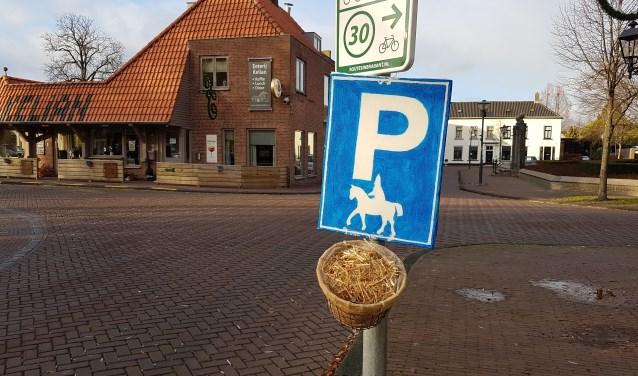 De mand met hooi staat te wachten op het paard van Sinterklaas.