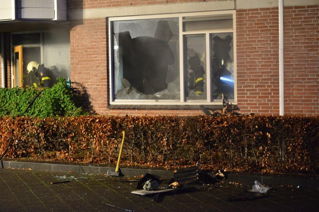 De brandweer moest de ramen kapot slaan om de brand te kunnen bestrijden.  Foto: Perry Roovers © BredaVandaag