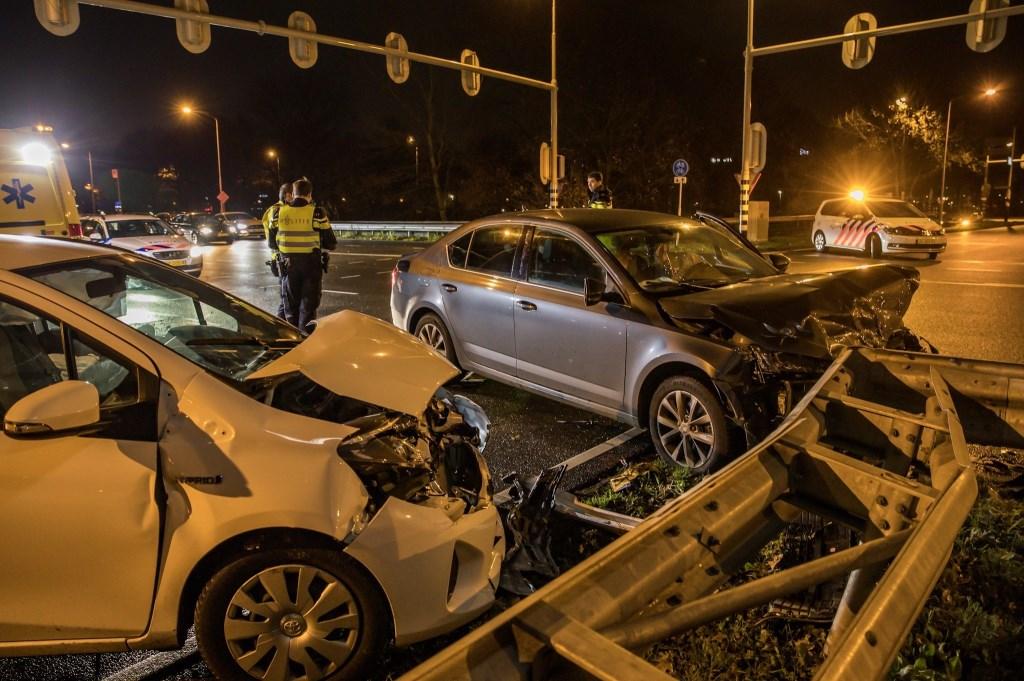 Twee auto's botsten op elkaar op de kruising van de Emerparklaan en de Backer en Ruebweg. Foto: Marcel van Dorst/SQ Vision © BredaVandaag