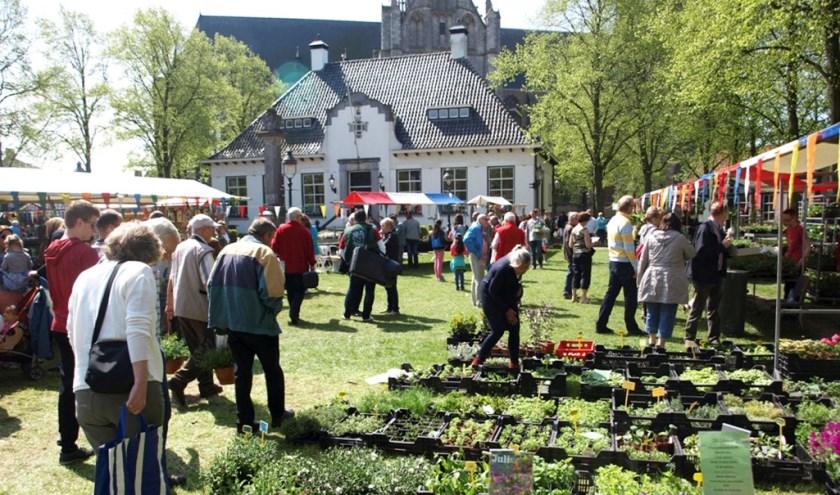 De geraniummarkt trekt jaarlijks vele bezoekers.