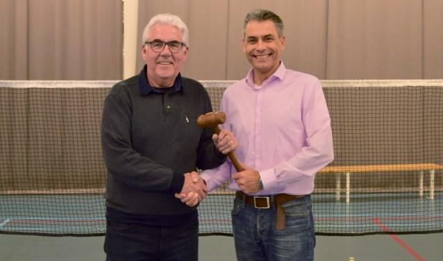 Hans Emmerik overhandigt Edwin de Regionale Badmintonbond Breda  voorzittershamer.
