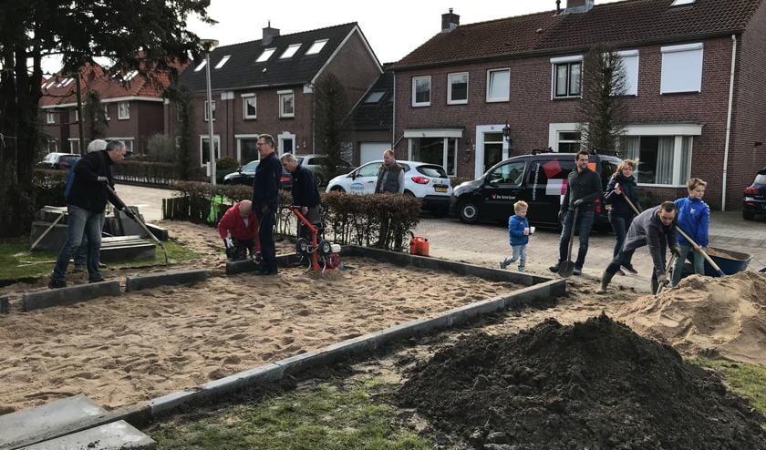 Bewoners van 't Drievierde leggen een jeu de boulesbaan aan.