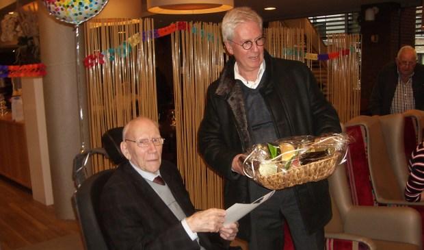 Burgemeester Jac Klijs kwam de honderdjarige feliciteren. FOTO TIES STEEHOUWER