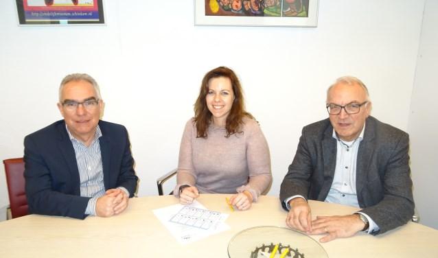 Van links naar rechts Anthonie Maranus van Surplus, Janneke van Leijen van CZ en wethouder Eef Schoneveld. FOTO MIRYAM VAN DER STEE