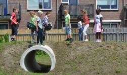 De speelaanleiding aan de Kuipersdreef werd in 2016 geopend door kinderen uit de buurt.