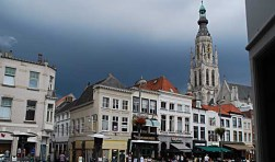Donkere wolken boven de Grote Kerk. Foto Michel Spekkers