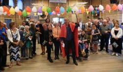 Patrick van Lunteren is door wijkbewoners gekroond bij een verrassingsfeestje voor zijn afscheid.