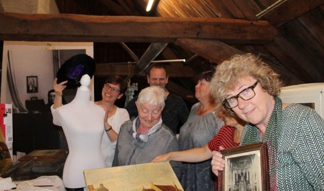 van links naar rechts Janine Verster, Sandra Bos van het ontwerp bureau en de medewerkers Ria, Henk, Astrid en Corrie FOTO MIEKE SPEKMAN