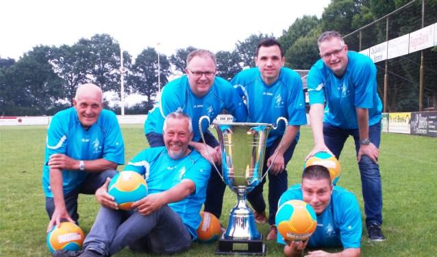 De organisatie van het toernooi, boven: Geert van Dijk, Rien de Bruyn, Eric Ros en Harry Vergouwen. Onder Jac van Trijp en Ab Kalkman. FOTO MONIQUE JANSEN