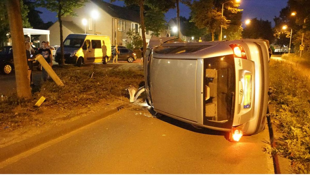 Een automobilist raakte van de weg en belandde op z'n kant. Foto: BredaVandaag © BredaVandaag