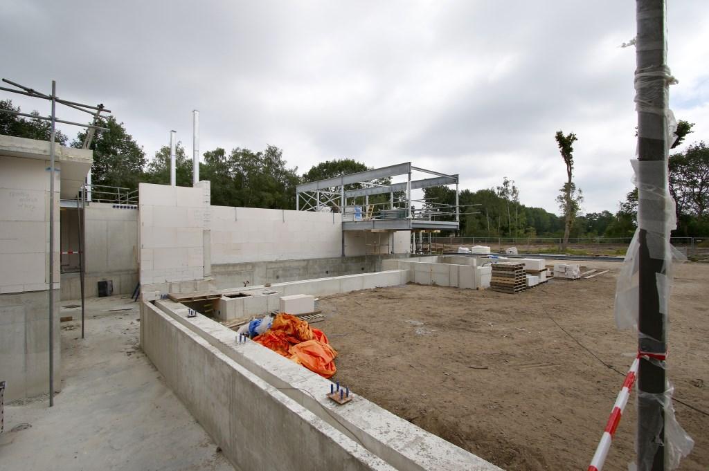 De Spa Wellness aan de rand van Breda in aanbouw. Het zwembad met daarboven zwevende saunacabine. Foto: Wijnand Nijs © BredaVandaag