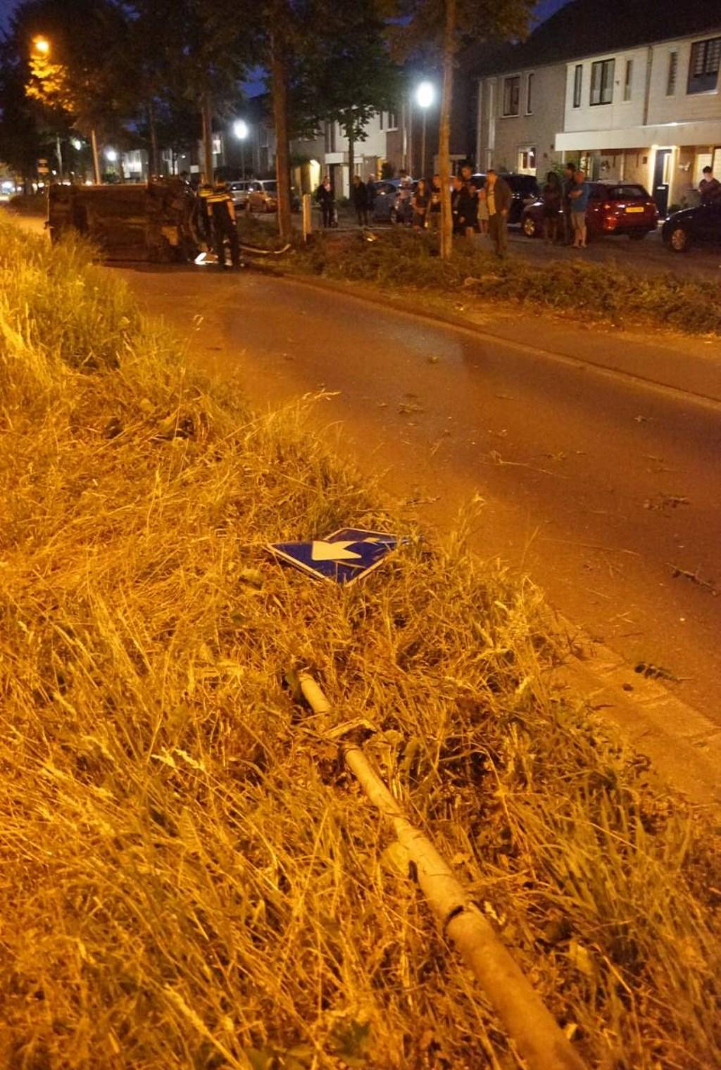 Een auto raakte zondagavond van de weg en belandde op zijn kant op de Emerparklaan in de Haagse Beemden. Foto: BredaVandaag © BredaVandaag