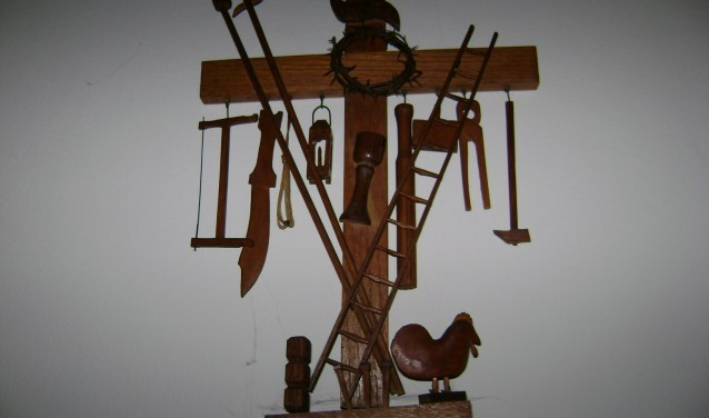 Opmerkelijke houtsnijkunst van Jan Goorden: Lijdenskruis.FOTO RINIE MAAS