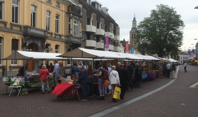 Deel van de Boekenmarkt met zicht op Emile van Loonhuis en de St. Jan