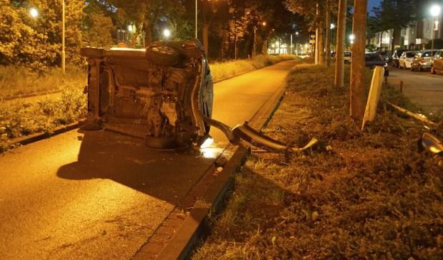 Een auto raakte zondagavond van de weg en belandde op zijn kant op de Emerparklaan in de Haagse Beemden.