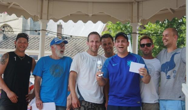 The winning Team Ut witte schuumkraagje vlnr Marvin v.d. Zande (org.), René Visser ( org.), Ard Duine, Freddy Simons, Simon v.d. Male, Sjaak Baay en Martijn Minheere.