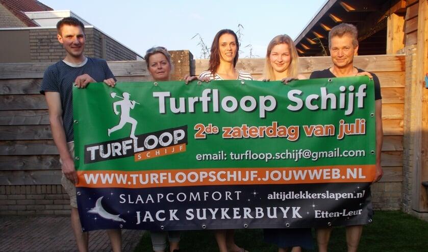 Vlnr: Jeffrey Faes, Wilma Elst, Wilma Bogers, Michelle van de Sande en Wim van de Sande zijn klaar voor de Turfloop Schijf. FOTO MONIQUE JANSEN
