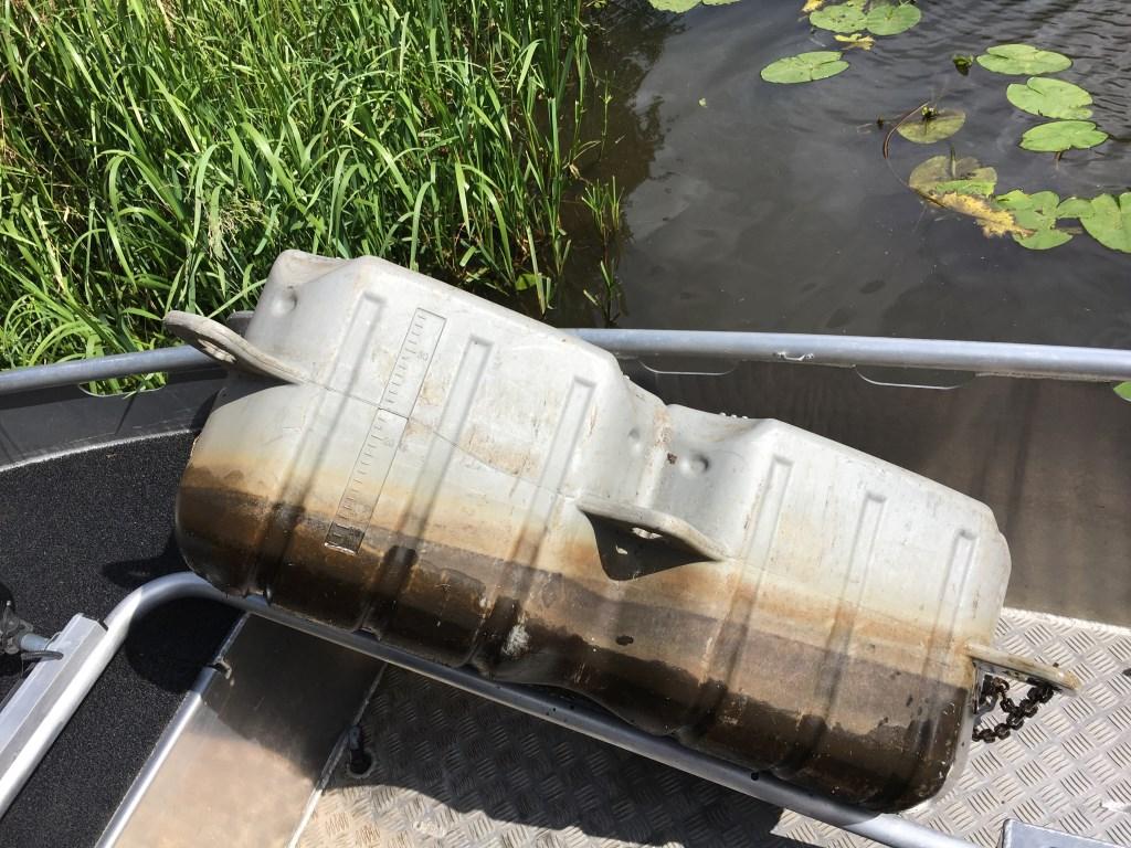 De BOA's nemen het plastic gevaarte mee om het te onderzoeken.  Foto: Guus Arnouts © BredaVandaag