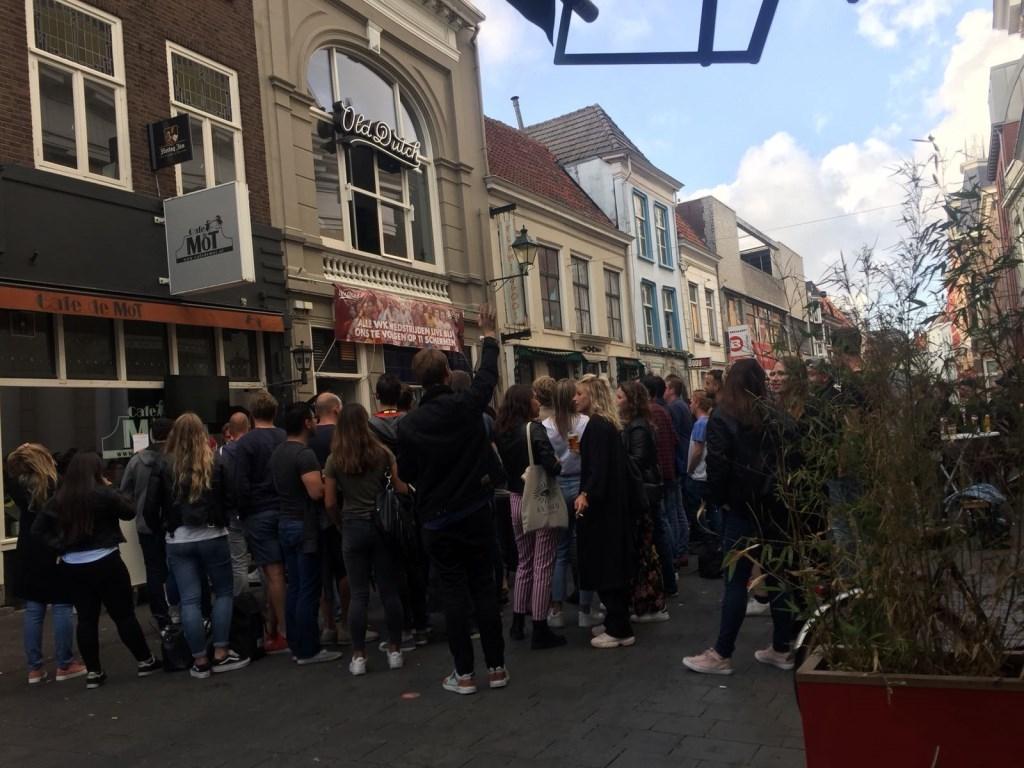 Drukte voor Old Dutch Sportsbar tijdens halve finale WK voetbal België - Frankrijk Foto: Bregje Kop © BredaVandaag