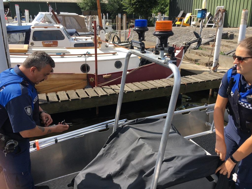De boot is beschut tegen de regen. Mocht hij vollopen met water, dan zijn er speciale stoppen waar het wat uit weg kan vloeien.  Foto: Guus Arnouts © BredaVandaag