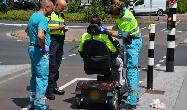 De man werd door het ambulancepersoneel verzorgd en overgebracht naar het ziekenhuis.