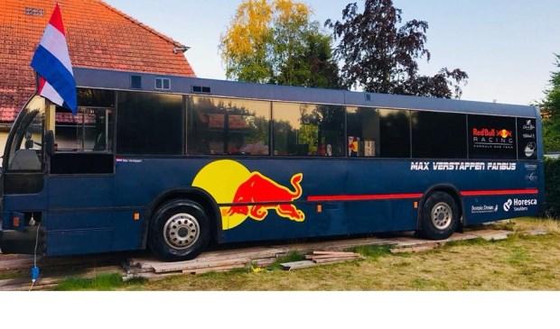 De in Breda vervaardigde Max Verstappen Fanbus staat te koop.