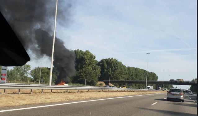 Een bestelbusje staat op de A16 in brand.