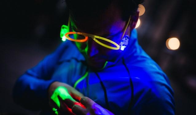 Deelnemer doet verlichting op voor de LED-run in het Ginneken.