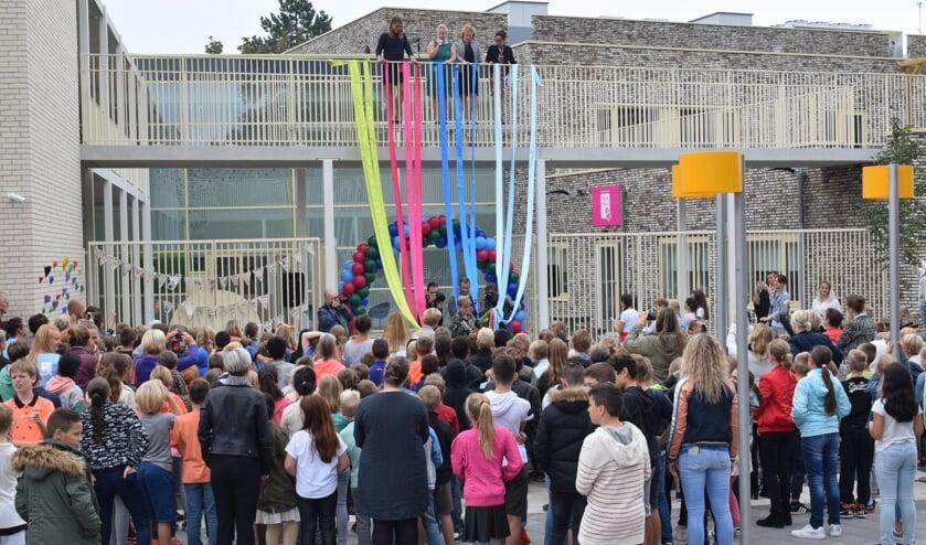 Resi Beentjes, Susanne Broeken, Anja Vernooij en Francy Derijck ontrollen de feestlinten. FOTO STELLA MARIJNISSEN