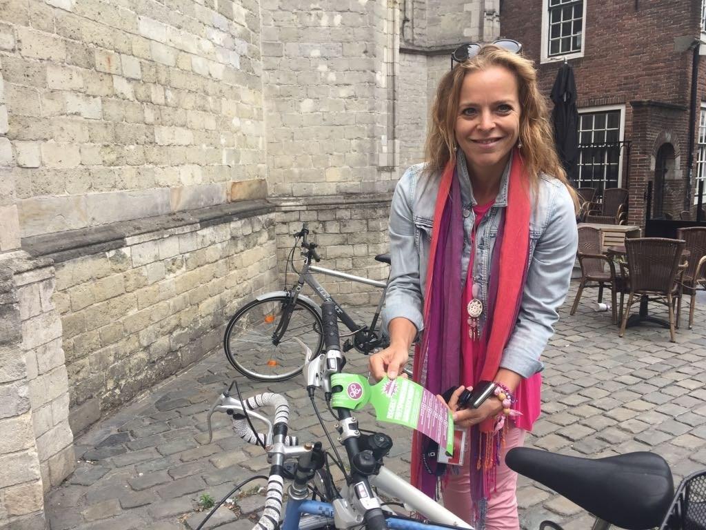 Greetje Bos hangt waarschuwingslabel aan fout geparkeerde fiets