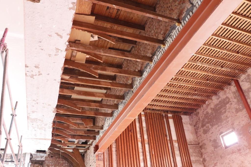 Deze oude plafonds blijven behouden. Foto: Mura Kuijpers © BredaVandaag