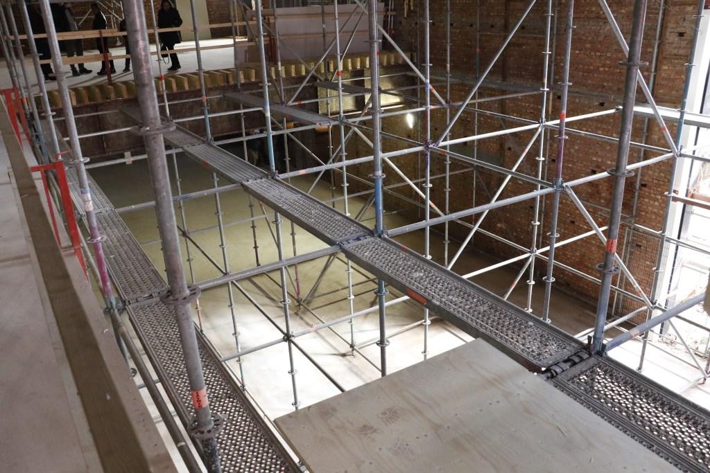 Vanaf de eerste verdieping kun je zo uitkijken op de begane grond waar straks een bar en foodstands te zien zijn. Foto: Mura Kuijpers © BredaVandaag