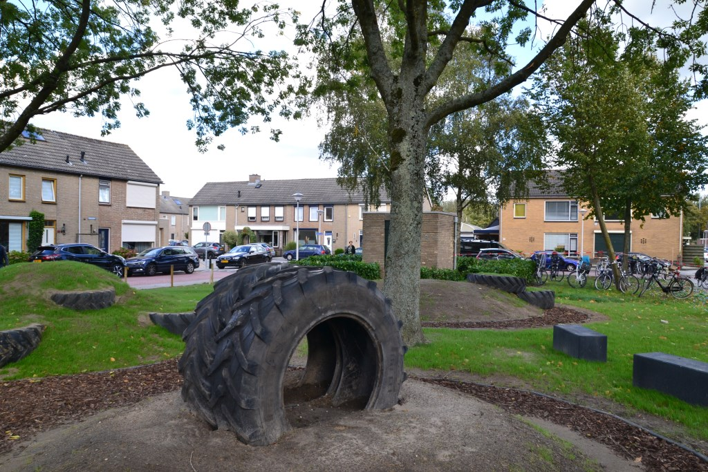 Tractorbanden en natuurlijke elementen zorgen voor een avontuurlijke speeltuin Foto: Remko Vermunt © Internetbode