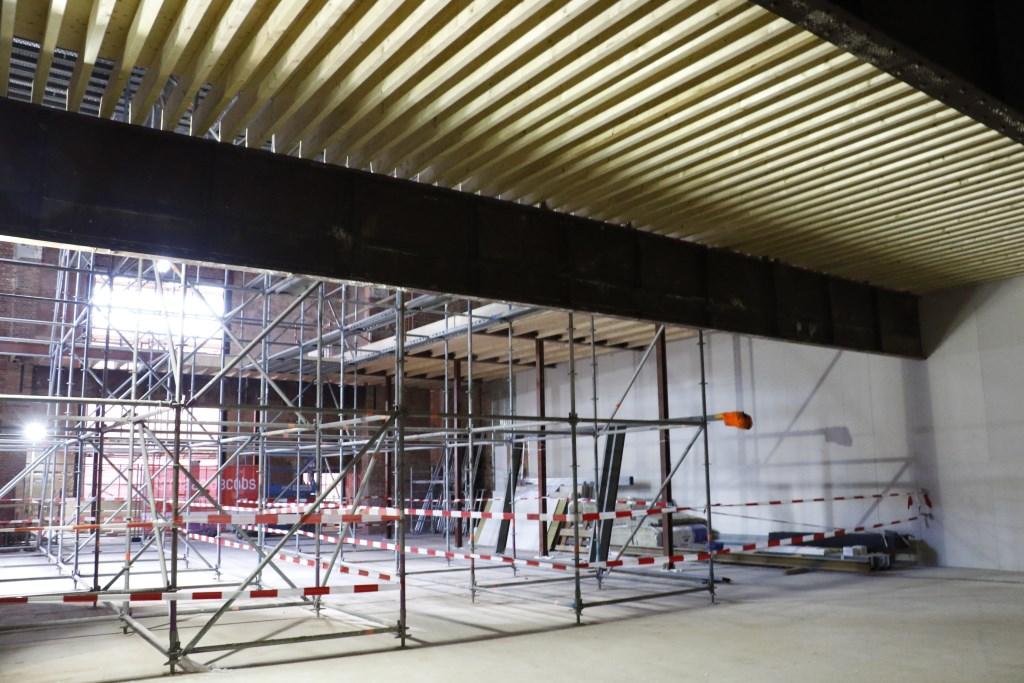 De oude Casino Bioscoop wordt omgebouwd tot foodhal. Een kijkje tijdens de verbouwing. Foto: Mura Kuijpers © BredaVandaag