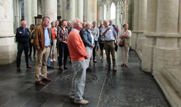 Een groep uit Tilburg bezoekt de Grote Kerk.