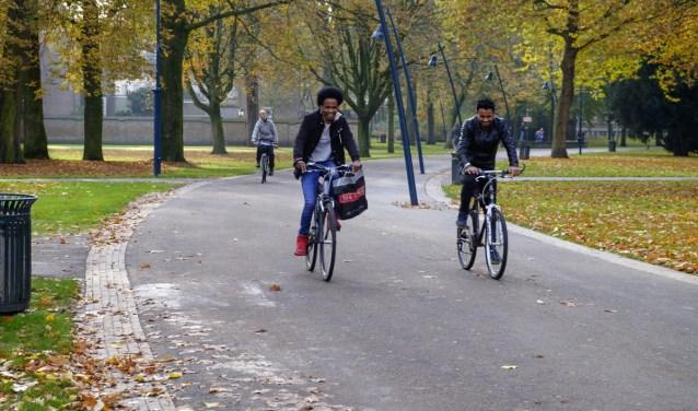 Fietsers in park Valkenberg.