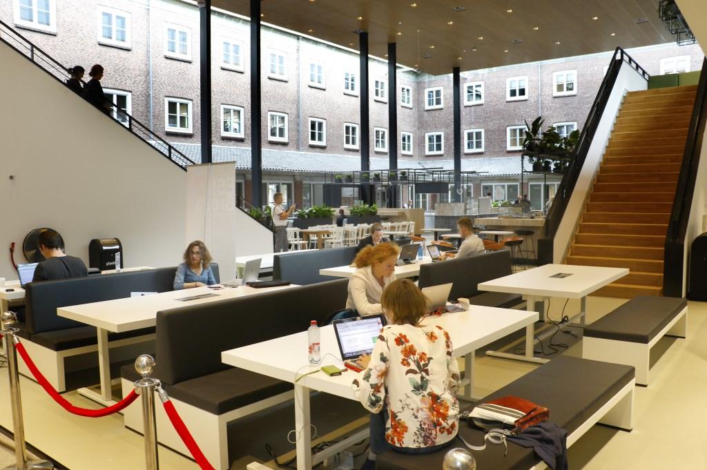 In een voormalige binnentuin zijn nu werkplekken voor studenten gemaakt Foto: Ankie Nederlof © BredaVandaag