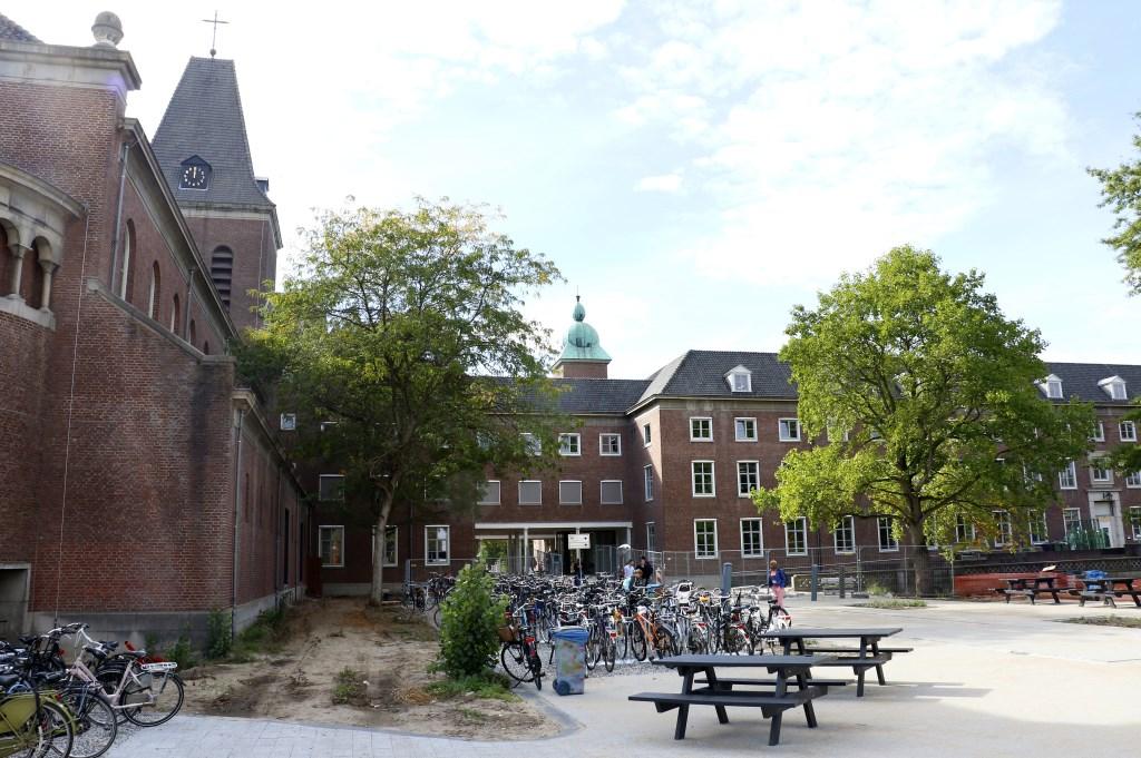 Het voormalige klooster aan de Mgr. Hopmansstraat is nu terrein voor studenten. Foto: Ankie Nederlof © BredaVandaag
