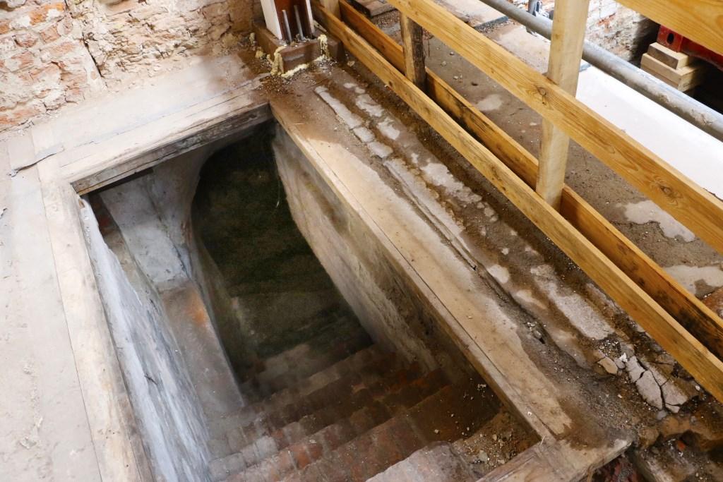 De kelder waarin onderdoor gelopen kan worden naar buurman De Kapitein. Foto: Mura Kuijpers © BredaVandaag