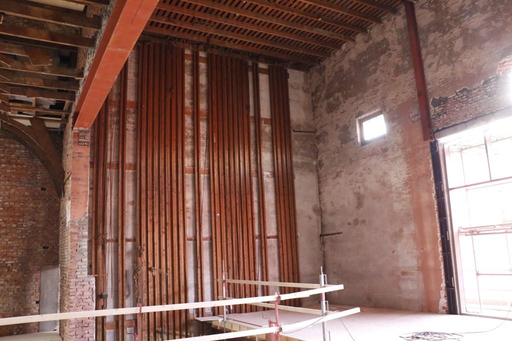 De katrollen waaraan de filmdoeken werden opgehangen zijn nog zichtbaar. Foto: Mura Kuijpers © BredaVandaag
