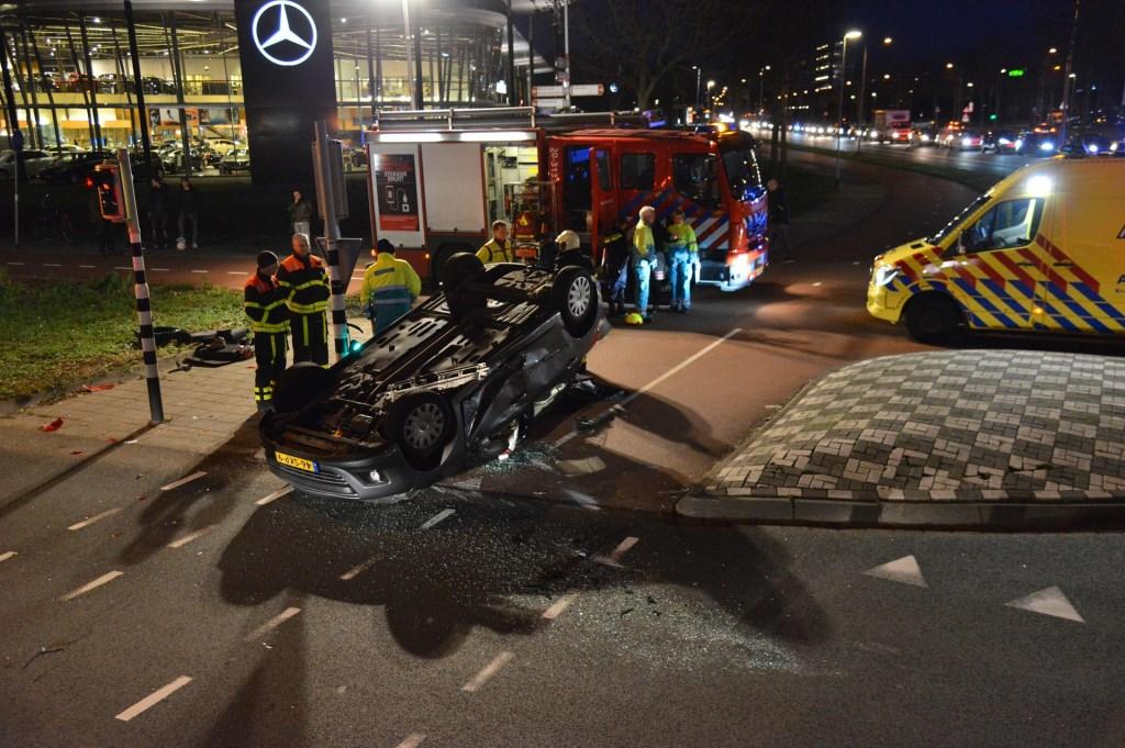 Hulpverleners staan de gewonde vrouw bij. Foto: Perry Roovers / SQ Vision © BredaVandaag