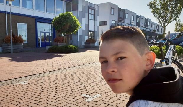 Tom Koster bij zijn school.