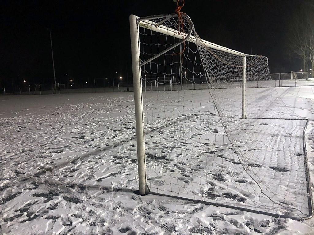 Sneeuw op de voetbalvelden.